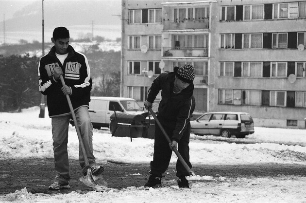 A clean-up project at the Romani-occupied housing estate of Chanov in Most, Czech Republic. (Photo:   Lukáš Houdek)