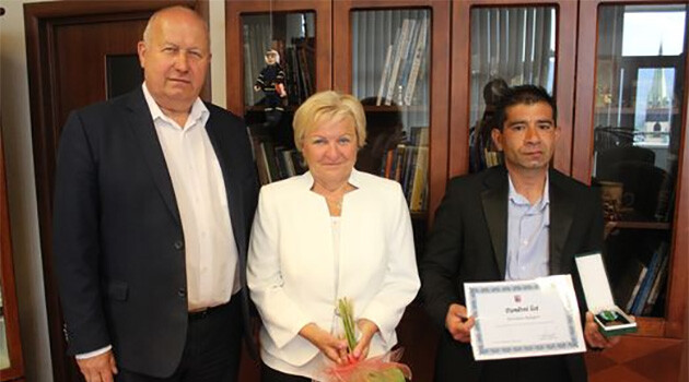 From left to right:  Governor of the Ústecký Region Oldřich Bubeníček, Jana Chudobová of the nonprofit organization Romano Jasnica, and Miroslav Balog, who saved the life of Nela, who was two and a half years old when she fell into a brook in Trmice, Czech Republic. Balog was given the Governor's Medal on 31 May 2019. (PHOTO:   www.kr-ustecky.cz)