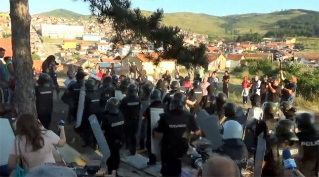 Bulgarian authorities, assisted by riot police, demolished several dozen illegally built homes occupied by Romani people in the town of Stara Zagora on 21 and 22 July 2014. (PHOTO:  YouTube.com)
