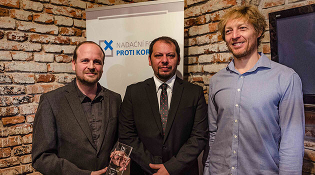 Zdeněk Ryšavý (left) and František Bikár (center) of the ROMEA organization received the Award for Bravery from Karel Janeček (right) of the Anticorruption Endowment in the Czech Republic on 11 December 2017. (PHOTO: Jan Mihaliček)