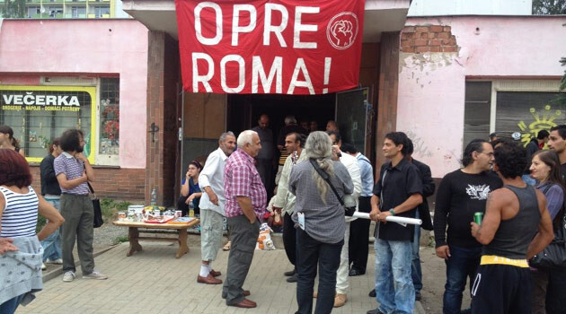 Romani people and others gathered on 13 August 2014 in front of the residential hotel on Zelená Street in Děčín to protest the anti-Romani assembly convened by con artist Lukáš Kohout. (PHOTO:  Lukáš Matoška)