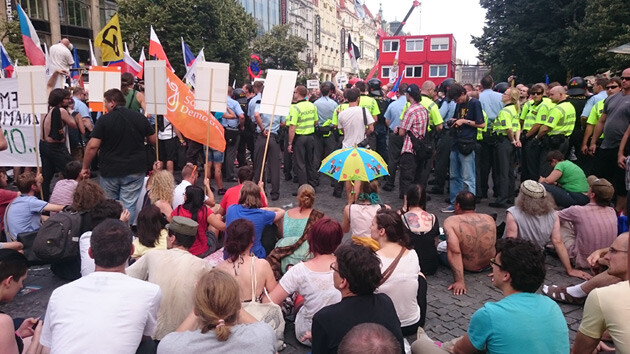 Competing demonstrations against receiving refugees and in favor of receiving them, Wenceslas Square, Prague, 18 July 2015 (PHOTO:  bau)