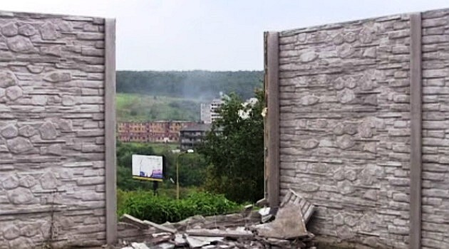 Anonymous activists demolished part of a wall at the Luník VIII housing estate in Košice, Slovakia. It was repaired within two days. (Photo:  Print screen from a video posted to Youtube.com).