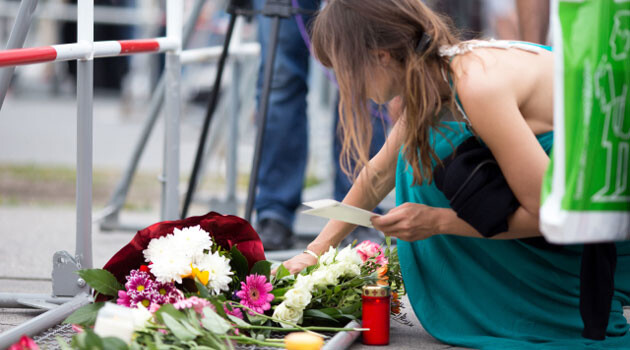People placed candles and flowers at the scene of the shooting attack in Munich, Germany, that happened on 22 July 2016. (PHOTO:  Czech News Agency)