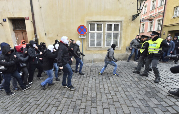 Opponents of refugee reception (on the left) attacked a procession by those opposed to hate speech on 6 February 2016 as they were walking from Malostranské Square to Prague Castle. The incident lasted five to 10 minutes. Police attempted to keep both groups away from each other. (PHOTO:  Czech News Agency)