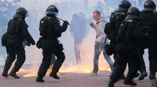Promoters of the right-wing extremist DSSS party attempted a pogrom against Romani residents of Ostrava on 27 September 2013, throwing rocks at a cordon of police officers who blocked their way. Mounted police and tear gas were deployed during the intervention. (PHOTO:  ČTK)
