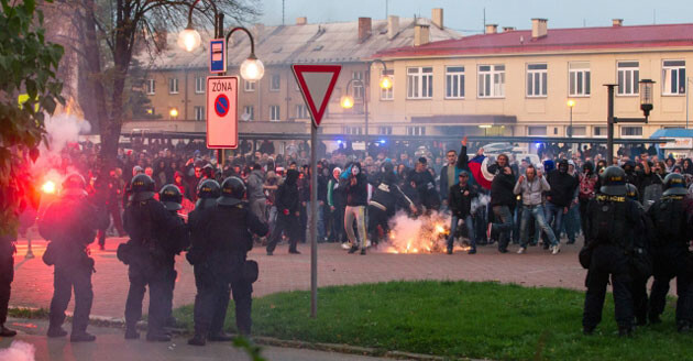 Promoters of the right-wing extremist DSSS party attempted a pogrom against Romani residents of Ostrava on 27 September 2013. They threw rocks at a cordon of police officers who blocked their way. Mounted police and tear gas were deployed during the intervention. (PHOTO:  ČTK)