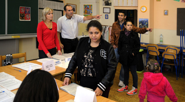 Romani people cast their ballots in the Mojžíř quarter of Ústí nad Labem, Czech Republic (2016). (PHOTO: Czech News Agency)