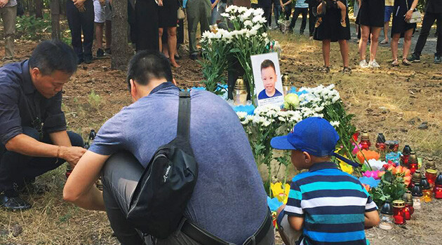 About 150 people, a large part of them Vietnamese, assembled on 5 August 2018 to mourn the two Vietnamese boys who drowned at Lake Lhota near Prague on 2 August 2018. (PHOTO:  Patrik Banga)