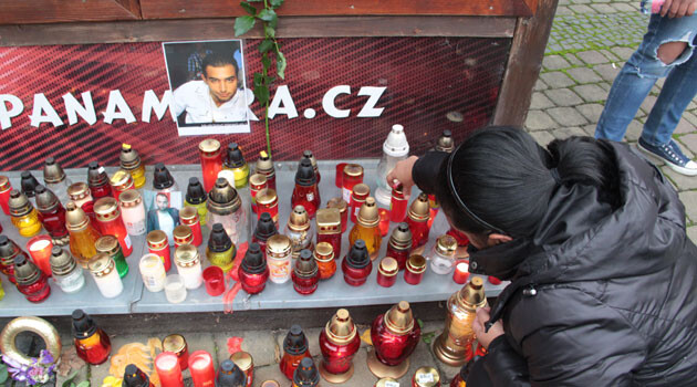 On 20 October 2016 an improvised remembrance site was created in front of the pizzeria in Žatec where a young Romani man died on 18 October. (PHOTO:  Romea.cz)