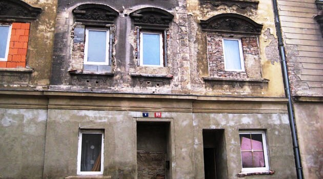 The Romani-occupied quarter of Předlice in the Czech town of Ústí nad Labem. Buildings with bricked-up entrances like this are not unusual there. (Photo: František Kostlán)