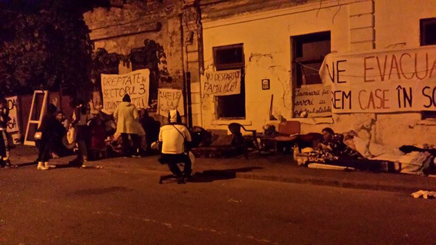 Over 100 Roma women, men, and children were evicted from their homes on Vulturilor Street in Bucharest on 15 September 2014 and have remained on the street there since. (Photo:  Facebook.com)