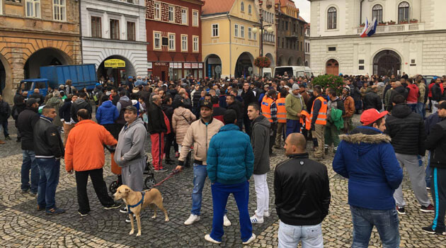 On Thursday, 27 October 2016 in the Czech town of Žatec approximately 500 people gathered to honor the memory of the Romani man who died there on 18 October after a conflict in a local pizzeria. (PHOTO: Romea.cz)