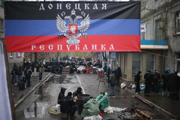 Pro-Russian radicals with the flag of the Republic of Donyetsk (PHOTO:  Czech News Agency)