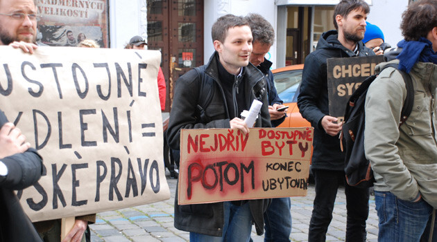 Members of the Platform for Social Housing protested on 29 September 2015 outside the Czech Labor and Social Affairs Ministry against a draft amendment to the law on aid to those in material distress that is supposed to reduce housing benefits for the impoverished. (PHOTO:  Jan Čonka, Romea.cz)