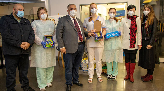Josef Stojka, chair of the Union of Vlax Roma (Unie Olašských Romů), delivered palettes of beverages, fruit and sweets to the hospitla in Ostrava's Poruba quarter to thank them for their work during the COVID-19 pandemic. (PHOTO:  Facebook page of Josef Stojka)