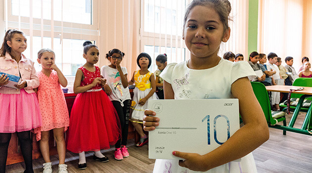 Children at the primary school in Teplice who faced a wave of online racist commentaries in the autumn of 2017 received tablets and other small gifts on 28 June 2018 during the end-of-year ceremony that were bought for them by the school with the proceeds of the fundraising drive organized to express solidarity with the school by ROMEA. (PHOTO:  Jan Mihaliček, Romea.cz)