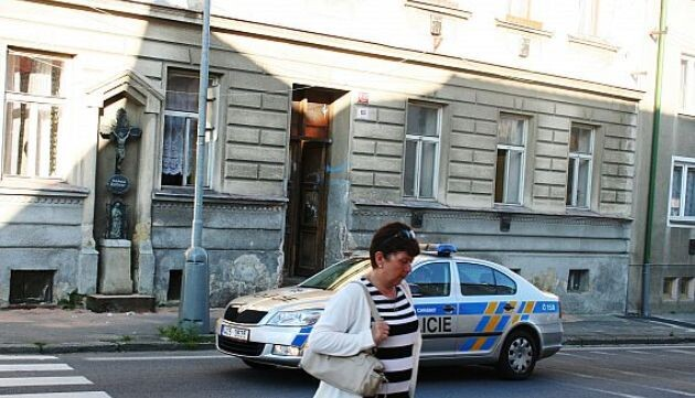 A drunken man did his best to set this building where Romani families live on fire on 14 July 2013 in České Budějovice. (Photo:  5plus2)