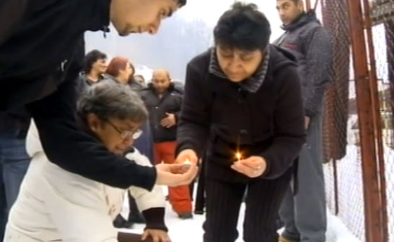 Mourners light candles at the scene of the crime. Photo:  Repro NOVA TV
