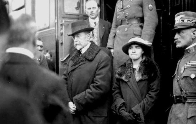A photograph of the first Czechoslovak President T. G. Masaryk returning from exile. His daughter Olga is on his left side. (PHOTO: Josef Jindřich Šechtl, Wikipedie)